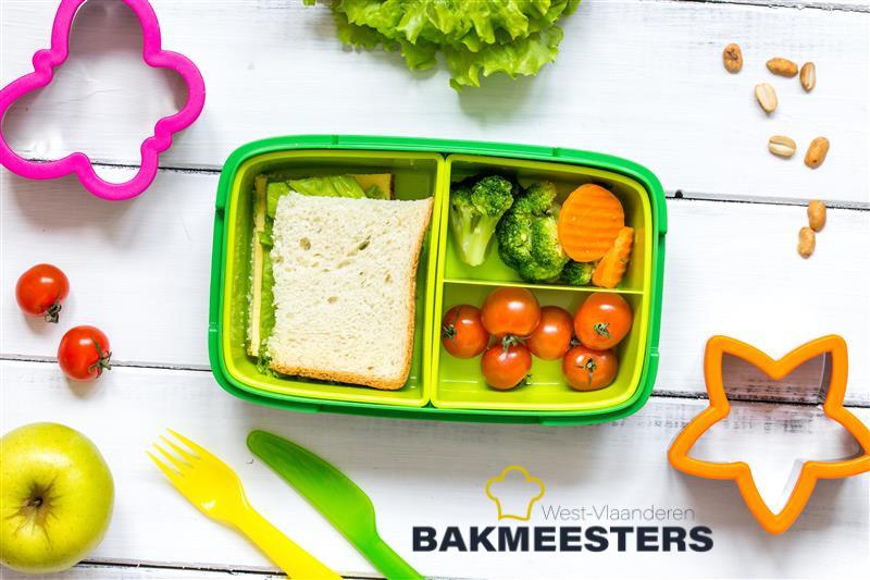 gezonde boterhamdoos met brood, groenten en fruit